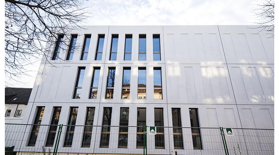 International Style oder Barcode Fassade klingt ziemlich Hip. Das in diesen Gebäuden Menschen arbeiten müssen oder gar wohnen ist nicht gut vorstellbar.